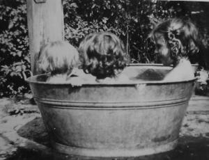 Met ons drietjes in de tobbe 1947.8