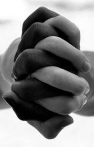 donkere handen en lichte in elkaar