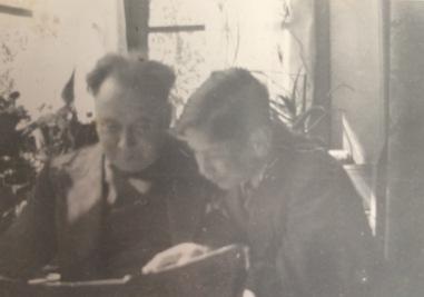Maupie en Joop in de erker 1932