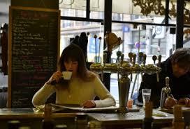 lezend in cafe kl